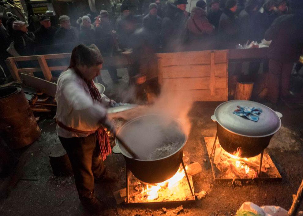 Рождество на Украине. Готовка праздничного рождественского ужина для протестующих на Майдане Незалежности в Киеве
