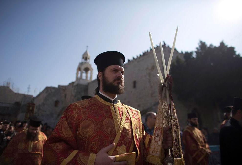 Рождество в Вифлееме. Члены православного духовенства ожидают Иерусалимского Патриарха Феофила III