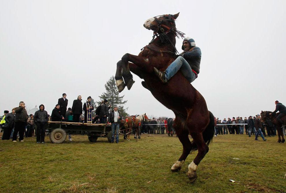 Ежегодные скачки в канун Рождества проходят в румынских селах