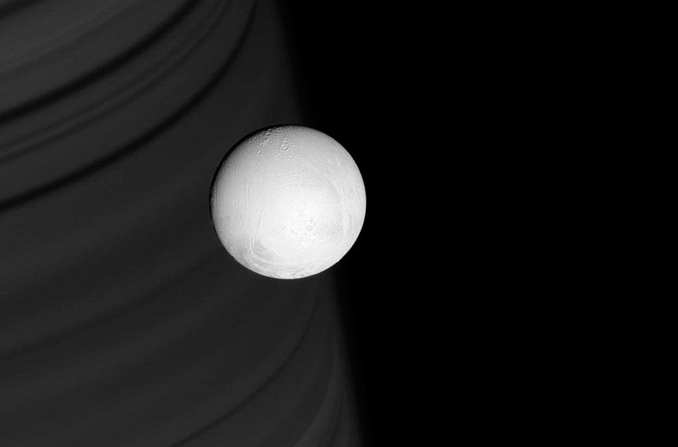 Шестой по размеру спутник Сатурна Энцелад на фоне колец