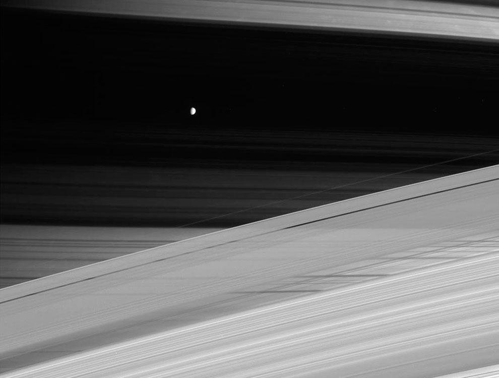 Портрет газового гиганта Сатурна, его колец и его небольшого, ледяного спутника Мимас