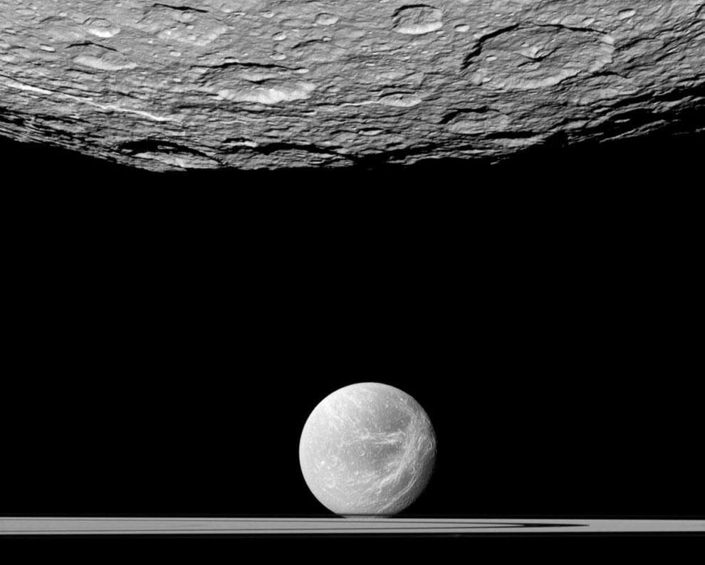 Вверху — спутник Рея, впереди — Диона и кольца Сатурна