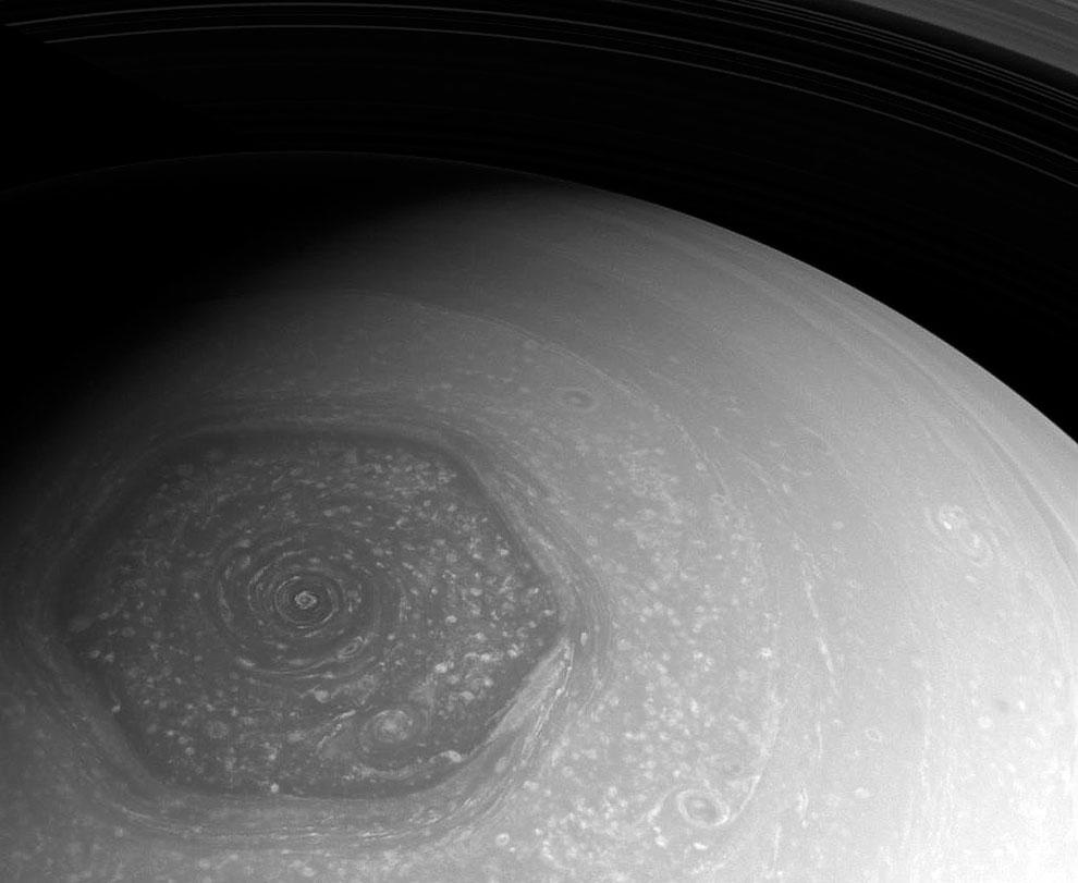 Загадочный шестиугольник на вершине северного полюса Сатурна
