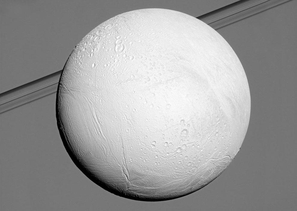 Спутник Энцелад на фоне газового гиганта Сатурна