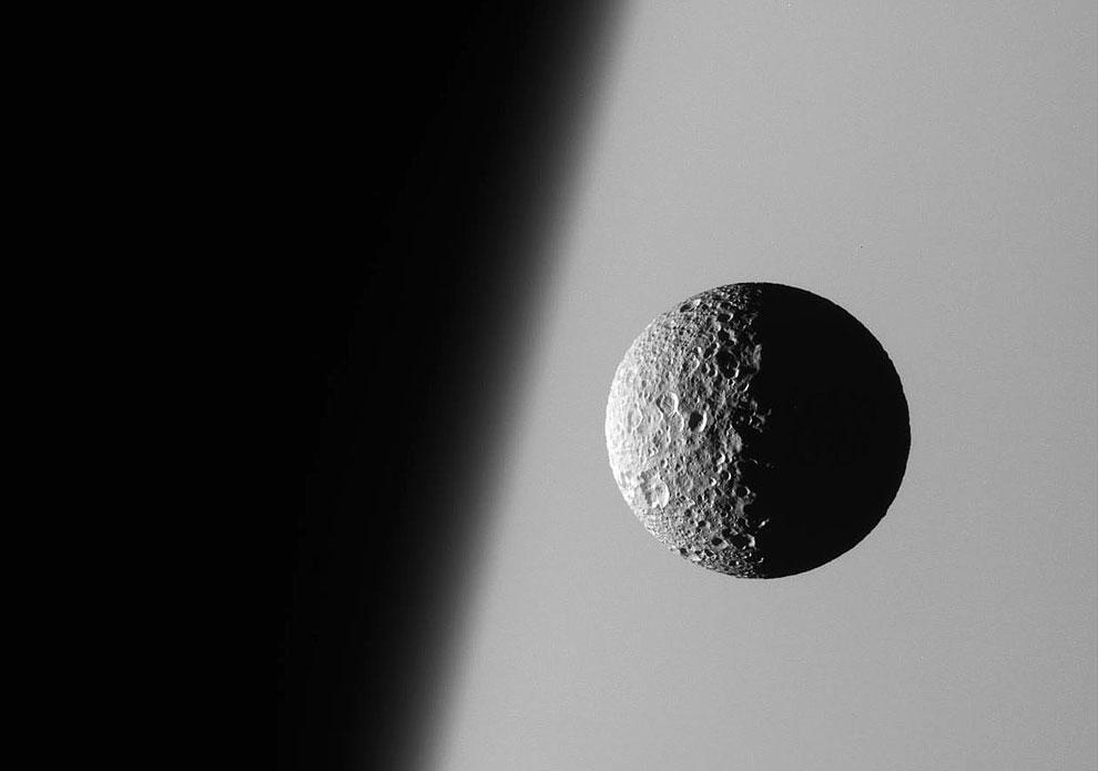 Спутник Мимас на фоне Сатурна