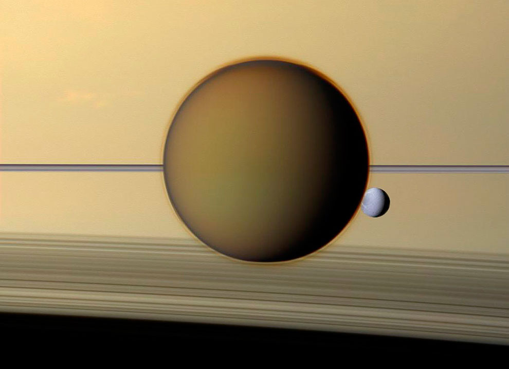 Гигантский спутник Титан и Диона на фоне колец Сатурна