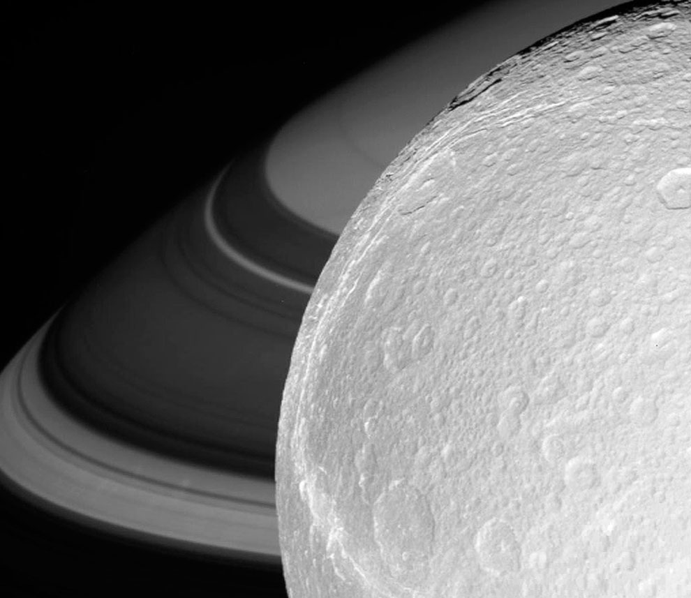 Диона на фоне Сатурна