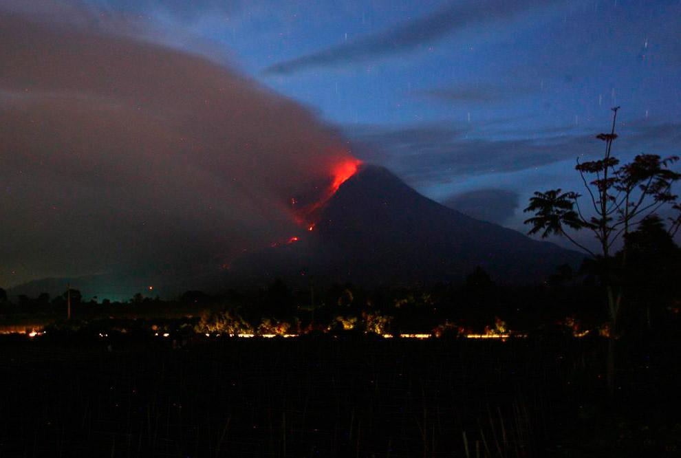 Синабунг — действующий стратовулкан. Расположен в северной части острова острова Суматра, в 60 км к юго-западу от города Медан. Высота над уровнем моря — 2 460 метров.