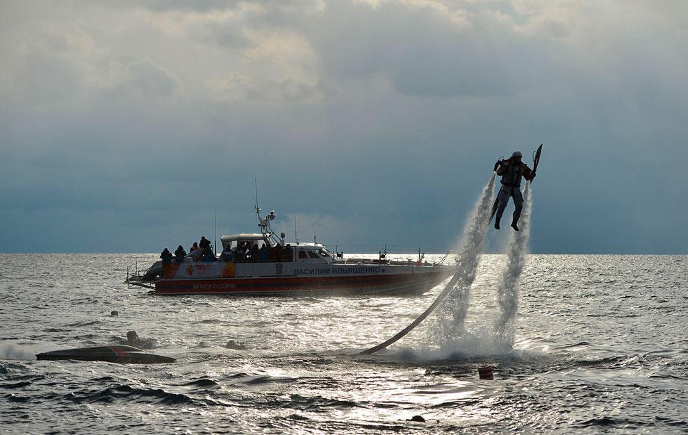 Water Jet Pack или реактивный ранец — приспособление, позволяющее парить над поверхностью воды с помощью мощных водяных струй
