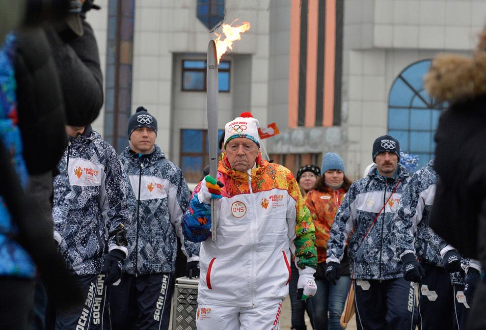 Самый возрастной факелоносец в истории эстафет олимпийского пламени был в Новосибирске. Им стал судья международной категории по настольному теннису 101-летний Александр Каптаренко