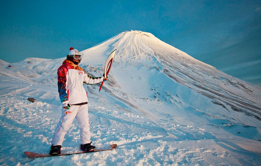 Олимпийский факел возле Авачинского вулкана на Камчатке