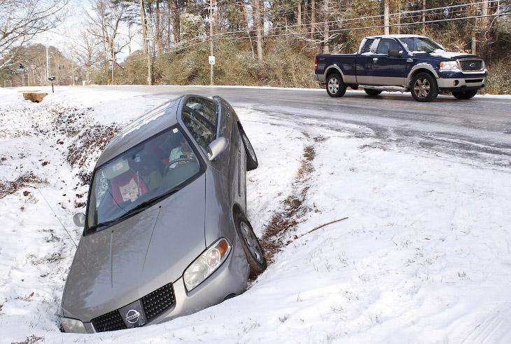 Обычно зимой в Атланте снега не бывает, но не в этот раз. Дороги покрыты льдом, многие вылетают с трассы
