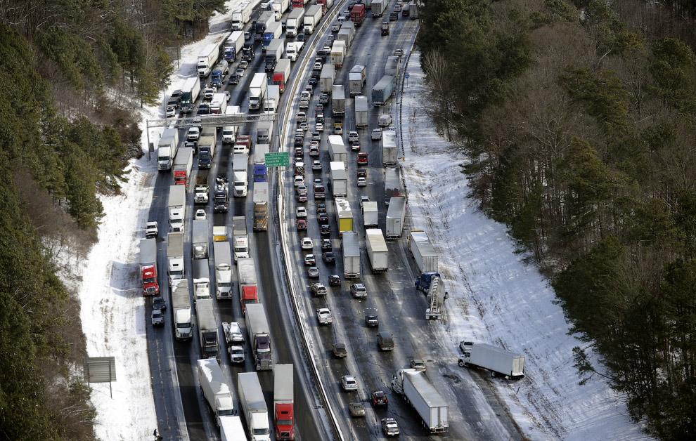 Тысячи аварий, сотни перевернутых машин, многокилометровые пробки. Некоторые водители простояли в заторах больше суток