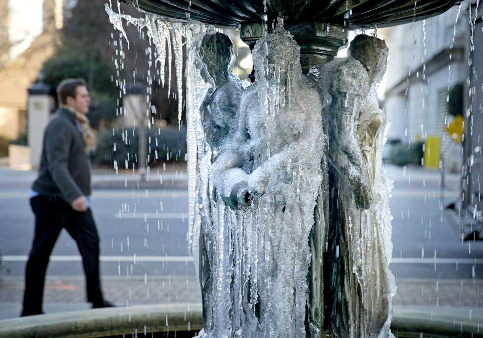 Фонтан, покрытый льдом на улице в Атланте