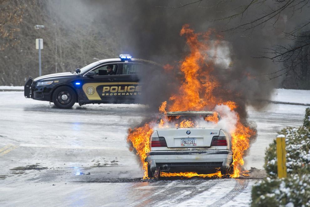 Штат Джорджия, 29 января 2014. По какой-то причине загорелся автомобиль