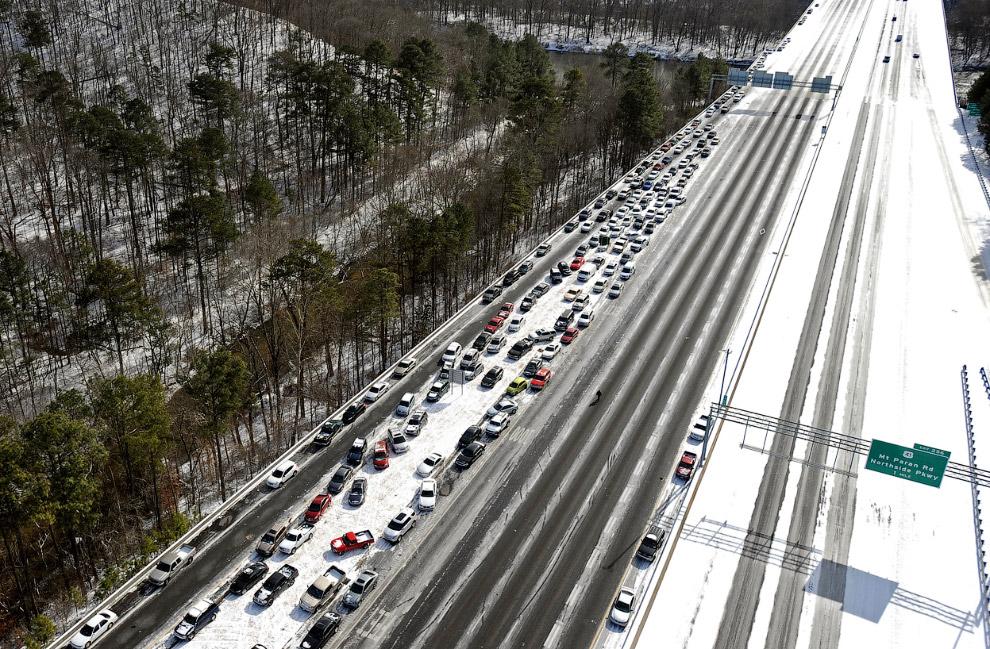 По американским меркам дороги погрузились в настоящий хаос. Глядя на этот затор, москвичи наверняка скажут, что в столице ежедневные пробки побольше будут