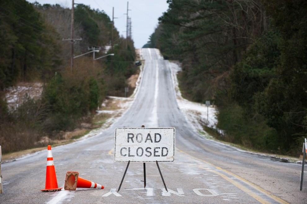 Непогода вынудила закрыть ряд несколько магистралей и даже федеральных трасс. Накануне из-за сильнейших снегопадов были отменены около 3 тысяч авиарейсов