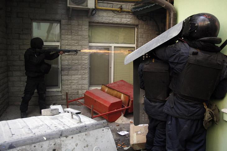 Кровопролитные бои на Украине вновь возобновились после того, как спикер Верховной Рады отказался регистрировать проект постановления о возвращении к конституции 2004 года