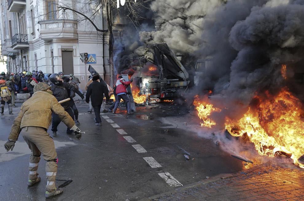 Радикалы, протестующие и горящие баррикады