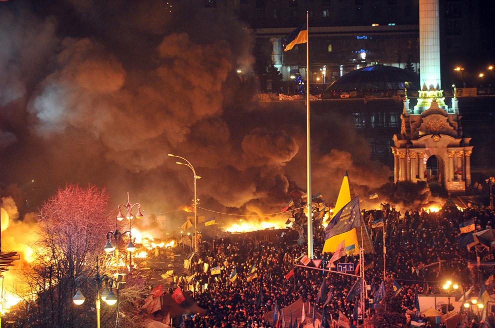 Антиправительственные столкновения демонстрантов с милицией во время штурма Майдана Незалежности в Киеве