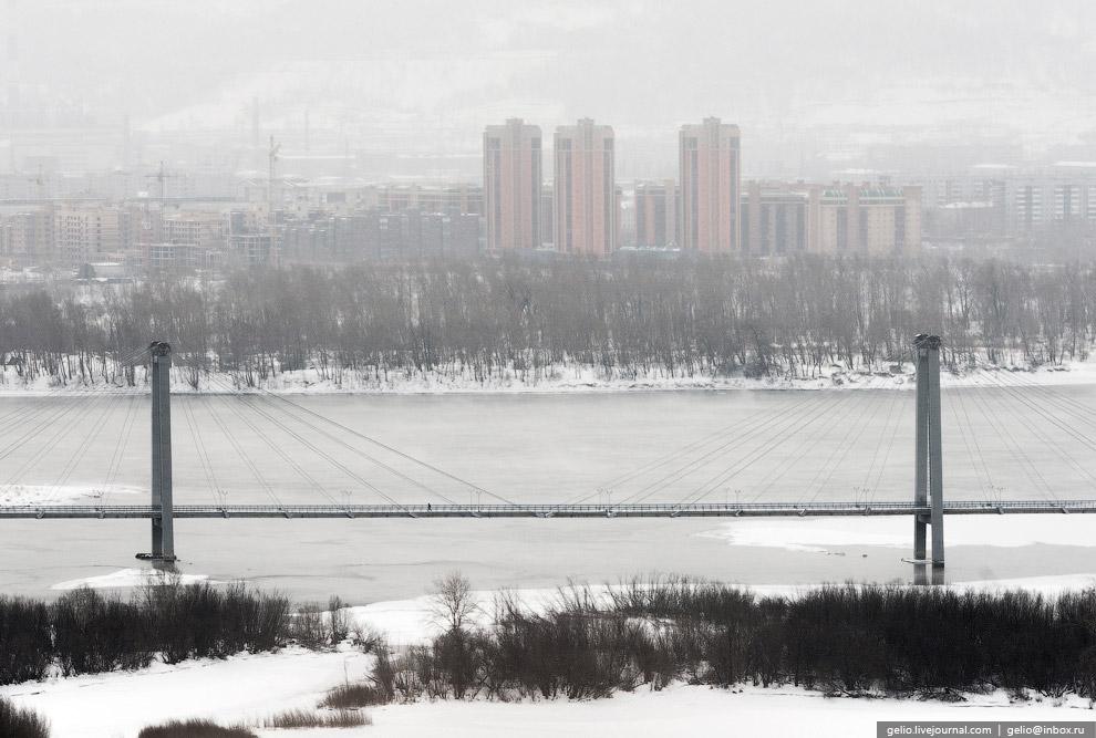 Вантовый пешеходный мост через протоку реки Енисея ведёт на остров Татышев