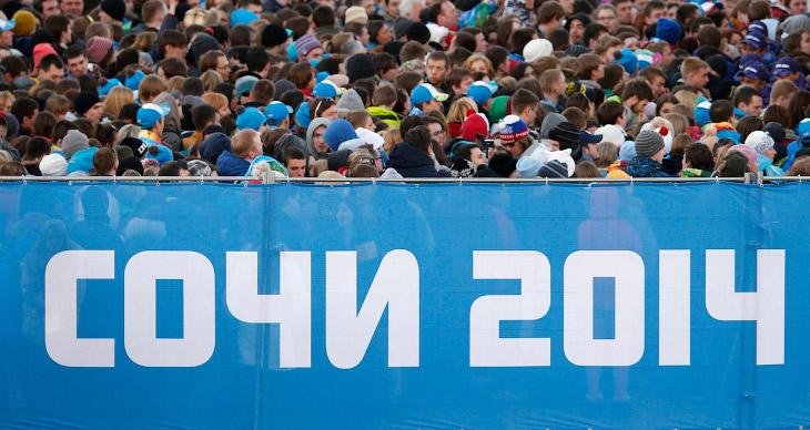 Зрители, приехавшие посмотреть церемонию открытия зимних Олимпийских игр 2014 в Сочи