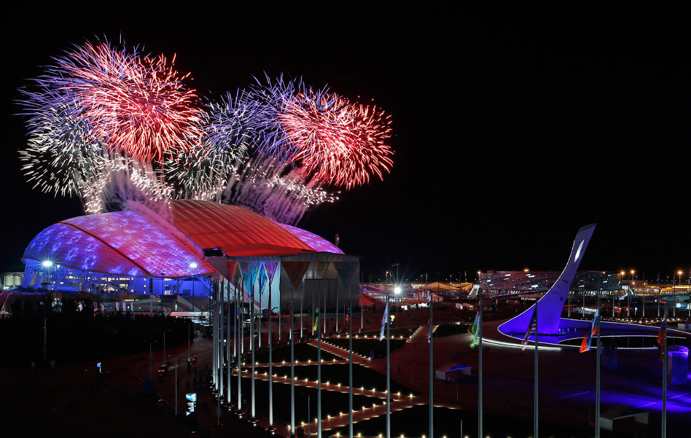 Шоу подошло к концу, над Олимпийским стадионом начался фейерверк