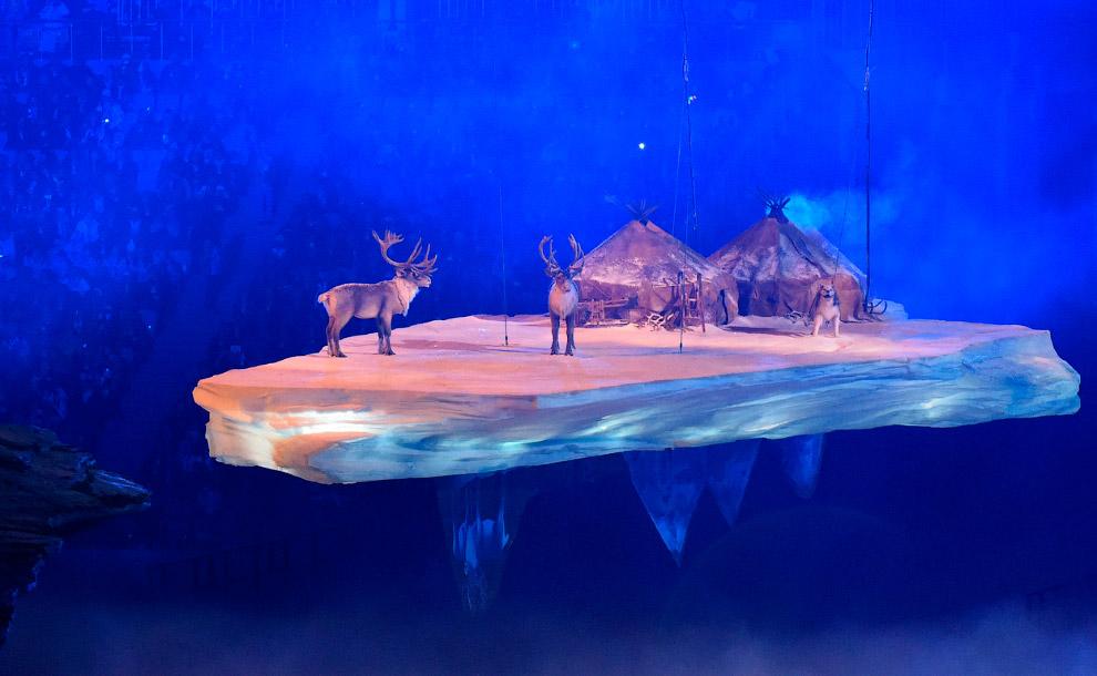 По арене плывут острова и вулканы. Проплывает Чукотка с оленями и юртами. Из тумана появляются актеры, символизирующие народности, населяющие Россию