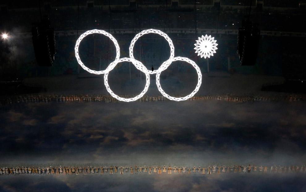 Затем 5 огромных снежинок увеличились и превратились в Олимпийские кольца