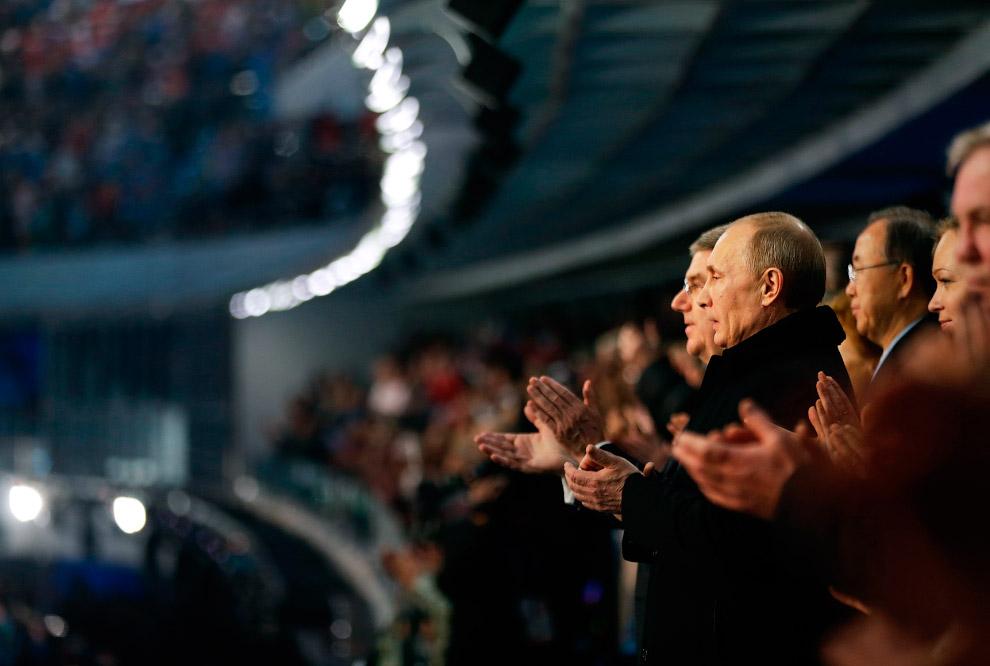 Владимир Путин на трибуне. Рядом с ним — президент Международного олимпийского комитета Томас Бах