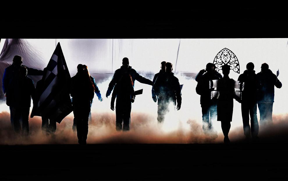 После этого на сцену начали выходить спортсмены разных стран с флагами. Организаторы заранее пообещали зрителям, что им не придется скучать даже во время самой консервативной части церемонии — парада спортсменов. По традиции начали парад родоначальники Олимпийских игр греки