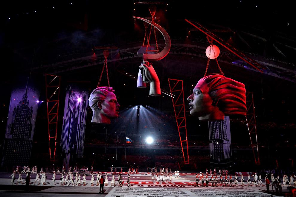 Звуки вальса и мазурки сменились энергичной музыкой Георгия Свиридова к кинофильму «Время вперед!». Прожекторы залили сцену красным — цветом революции. на пол проецировались броские советские газеты