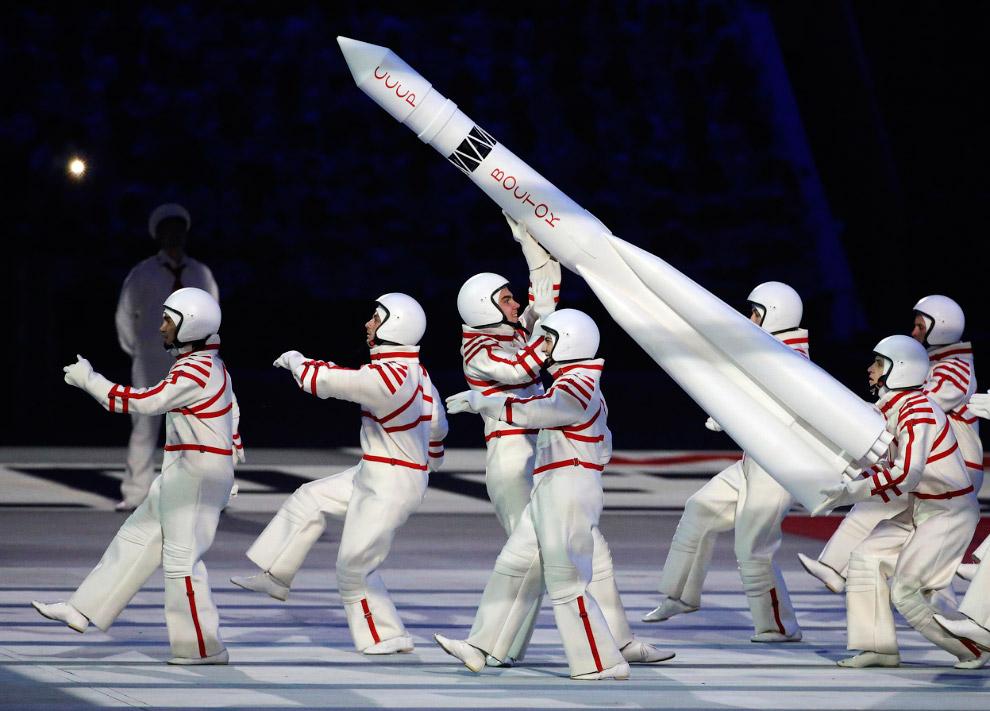 Космонавты с космическим кораблем «Восток»