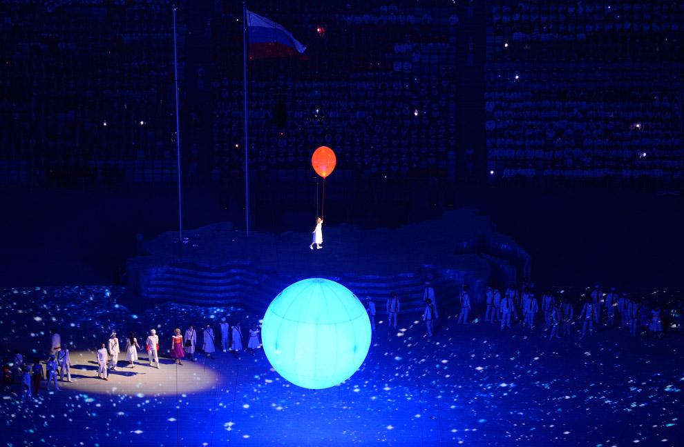 Знакомая уже нам Любовь (на самом деле Лиза Темникова) отпускает красный шар коммунизма