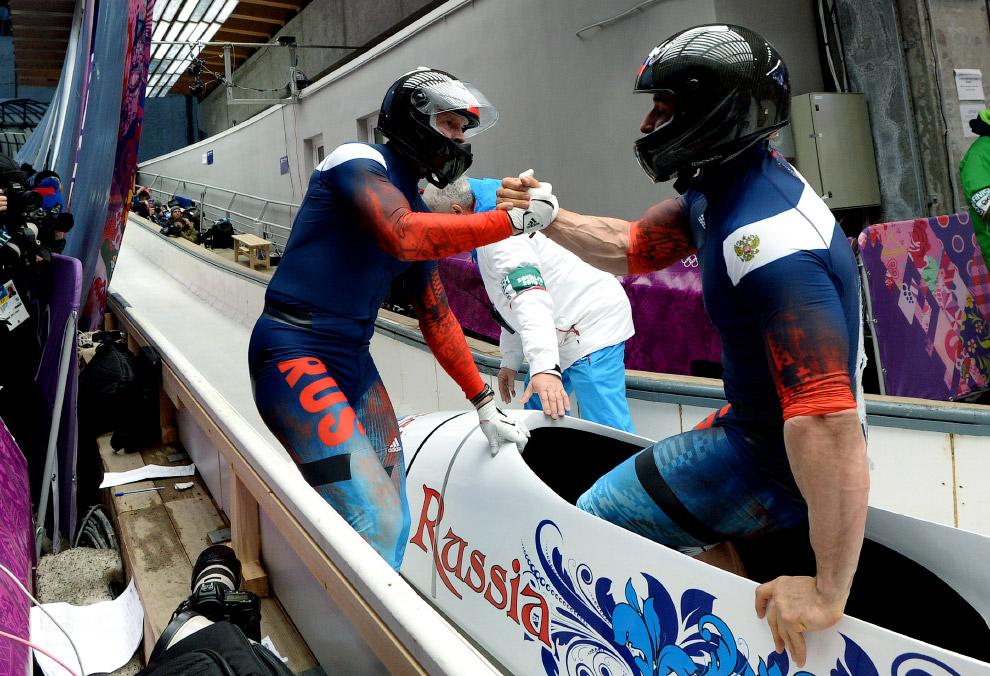 Александр Зубков и Алексей Воевода стали олимпийскими чемпионами в бобслее (экипажи-двойки)