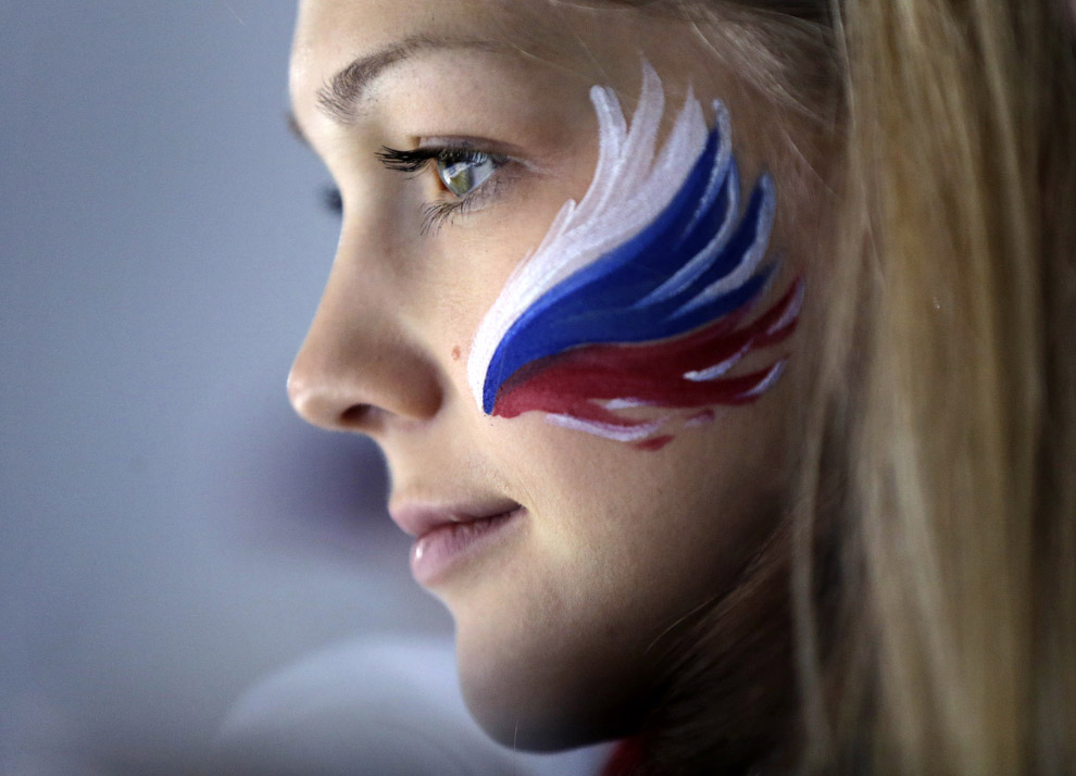 Российская болельщица смотрит матч по керлингу