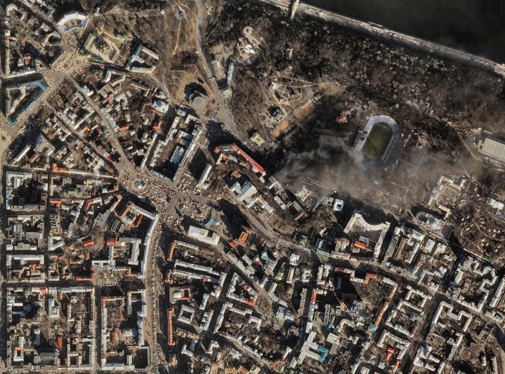 Вид со спутника. Слева — Майдан Незалежности, справа где дым — эпицентр беспорядков