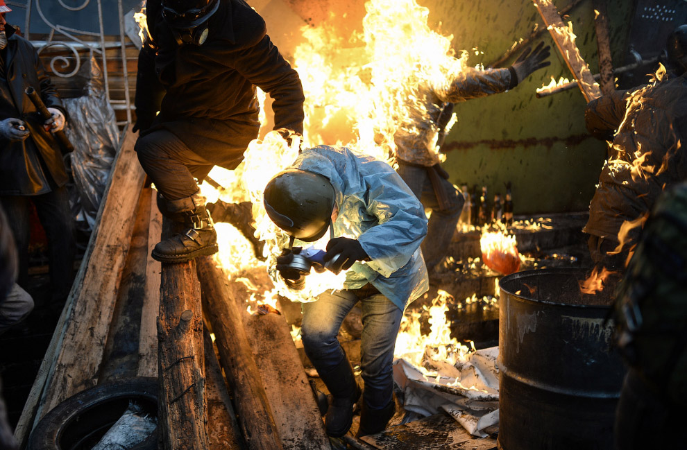 Одежда на протестующих загорелась от огня баррикад, Киев