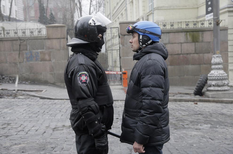 Лицом к лицу, милиционер и протестующий