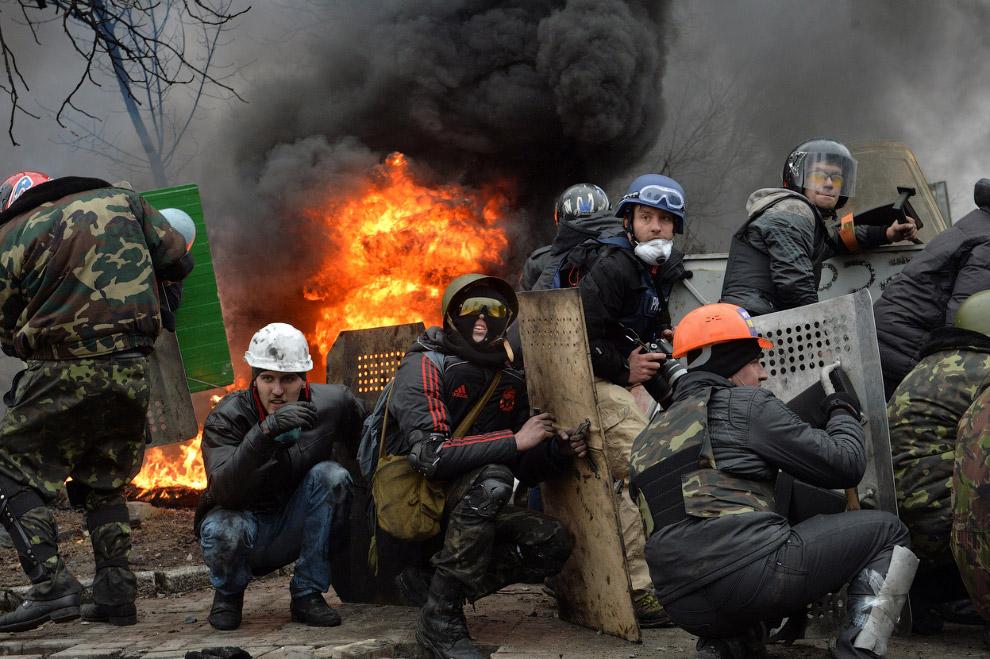 Бойцы во время столкновений с милицией в центре Киева
