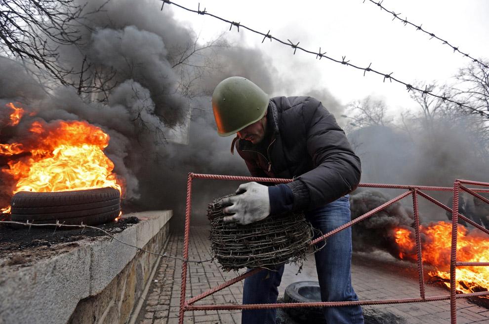 Баррикады огораживают колючей проволокой, Киев