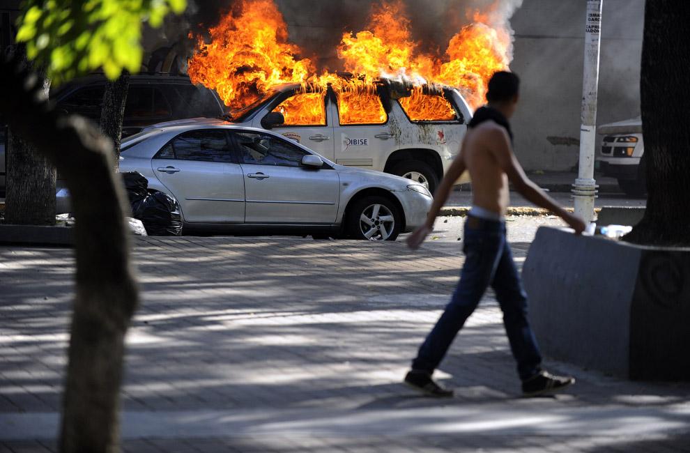 Без сожженных автомобилей, в том числе полицейских, не обходится ни один уважающий себя протест