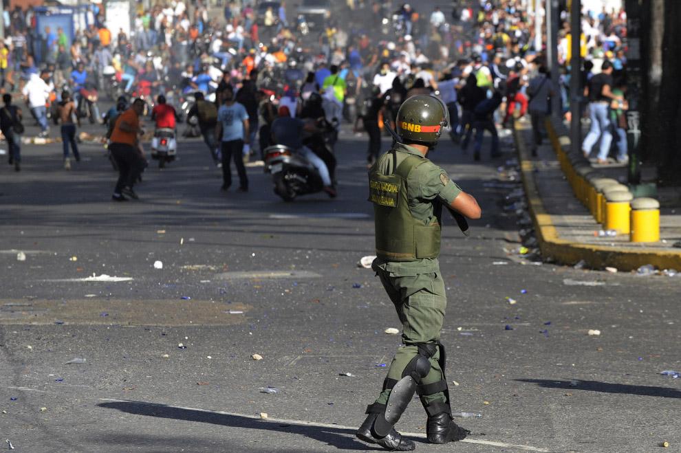 Столкновения студентов с Национальной гвардией в Каракасе