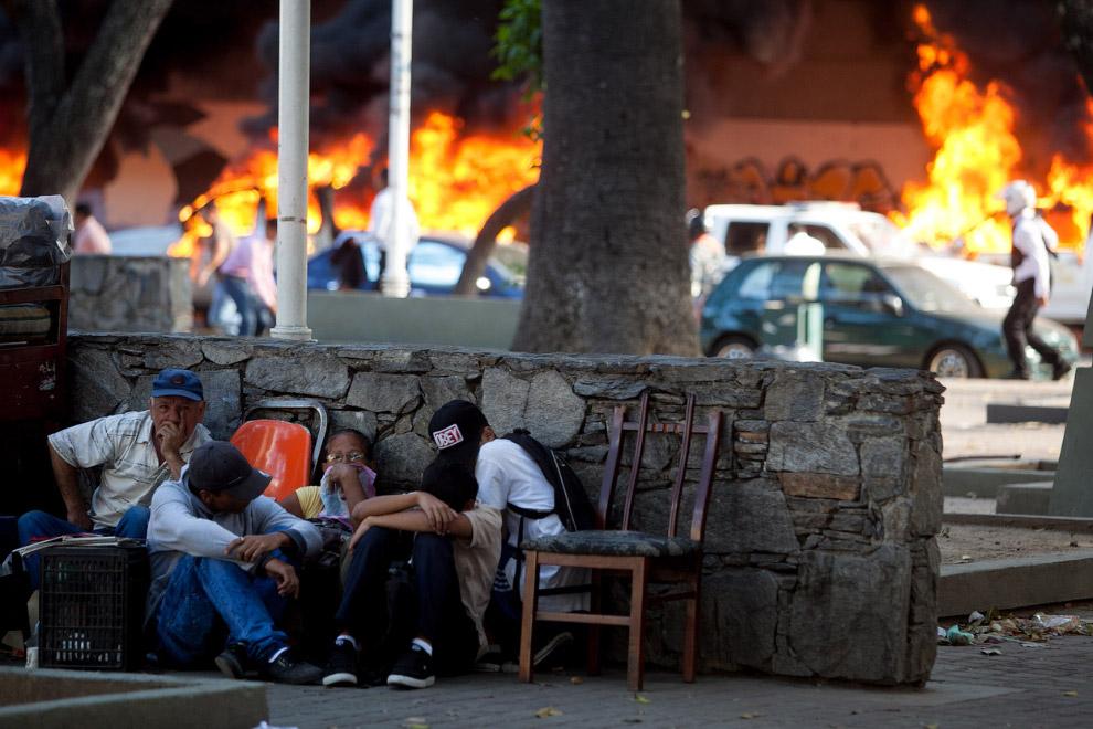 Жители Каракаса. Укрываются во время столкновений