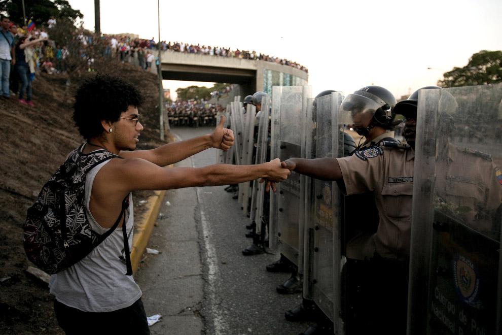 Протестующий и полицейские