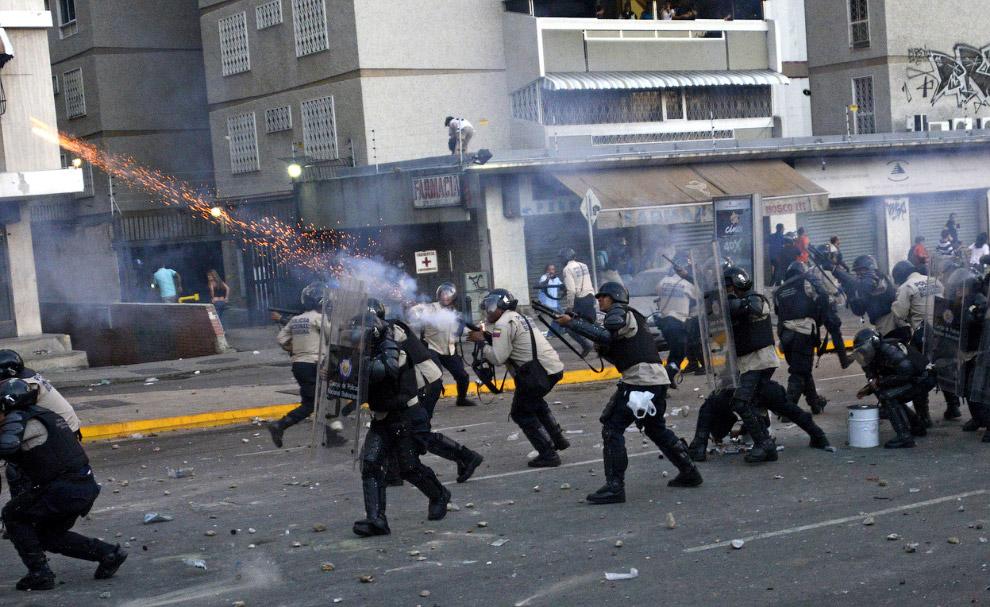 Они забрасывали полицию камнями, та в ответ стреляла снарядами со слезоточивым газом