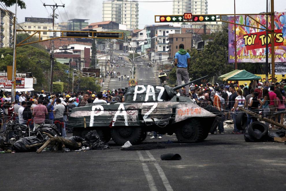 Радикально настроенные оппозиционеры вытащили на середину улицы памятник
