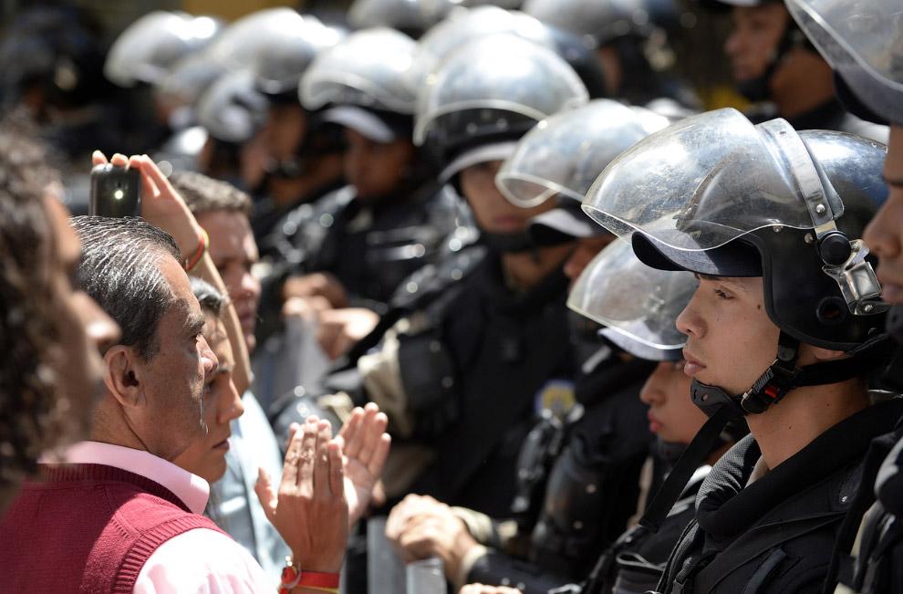 Мирные протестующие и полицейские
