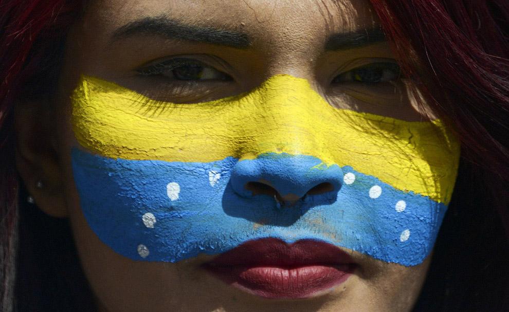 Венесуэльский национальный флаг на лице