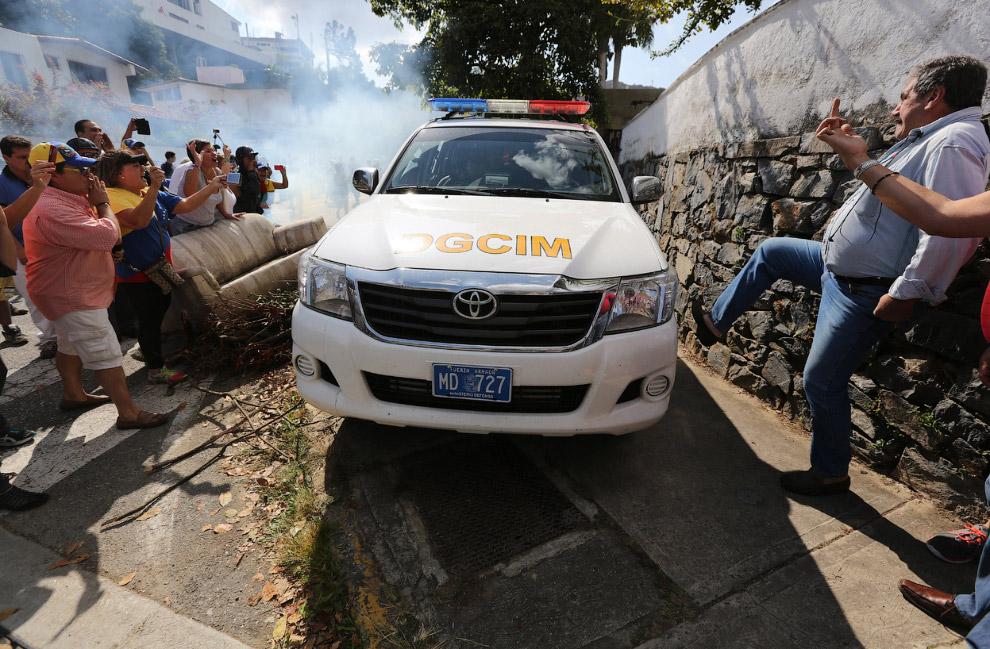 Противники правительства собрались перед домом генерала в отставке Ангела Виваса, на имя которого выдан ордер на арест по обвинению в подстрекательстве к гражданскому неповиновению